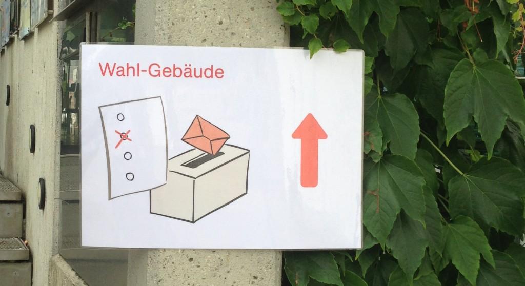 Wahllokal-Ausschilderung, wie sie sein sollte.