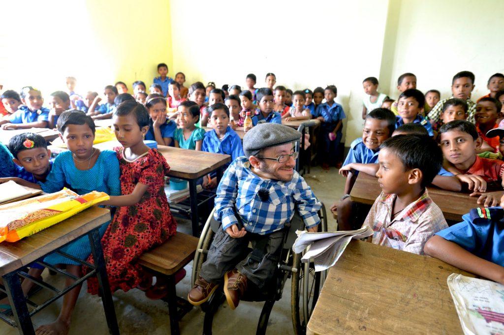 nterricht in der von einem CBM-Partner errichteten, behindertengerechten Schule in Sreepur Union, die auch als Fluchtraum für Flutkatastrophen dient. CBM-Botschafter Raul Krauthausen besucht die Schüler.
