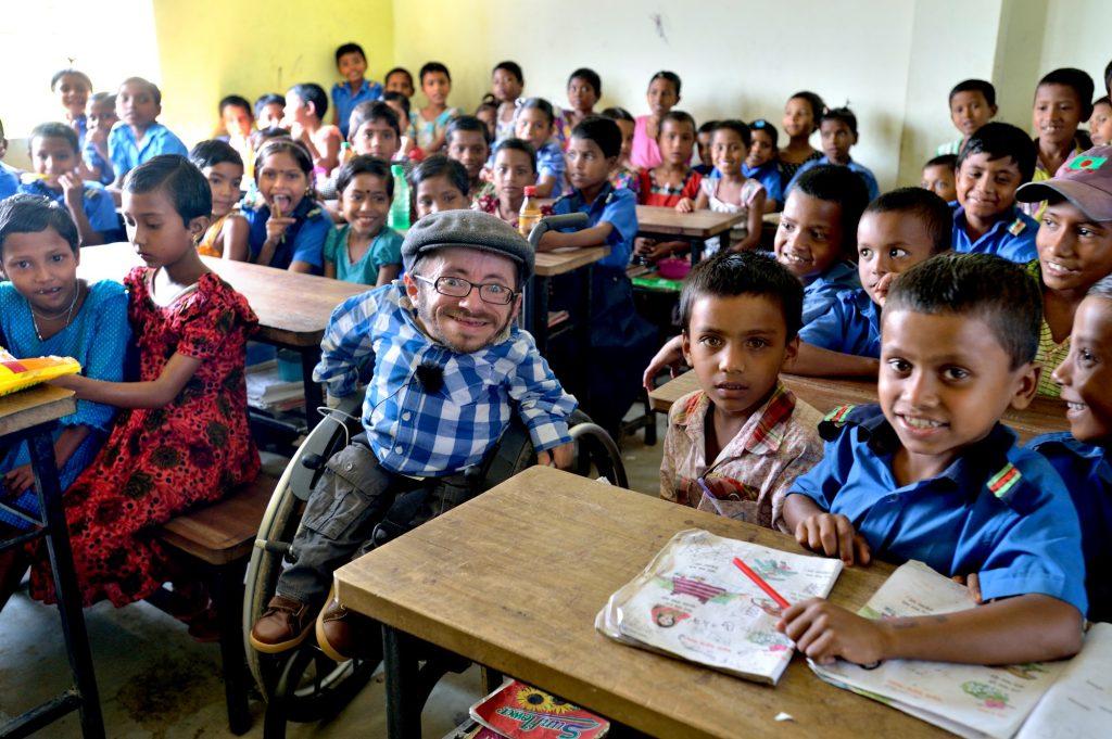 Unterricht in der von einem CBM-Partner errichteten behindertengerechten Schule in Sreepur Union, die auch als Fluchtraum für Flutkatastrophen dient. CBM-Botschafter Raul Krauthausen besucht die Schüler.