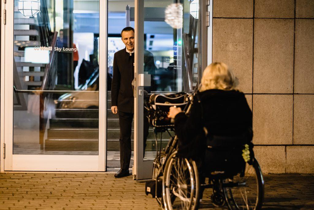 Rollstuhlfahrerin am Eingang