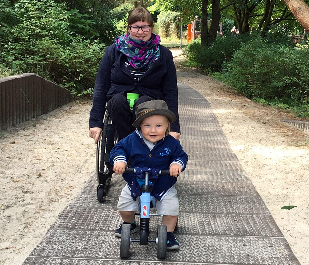 Barrieren abbauen. Anna Gerwinat: »Ich musste lernen, wie ich unseren Sohn in die Babyschale ins Auto setze, und dann auch noch den Rollstuhl verladen muss.«