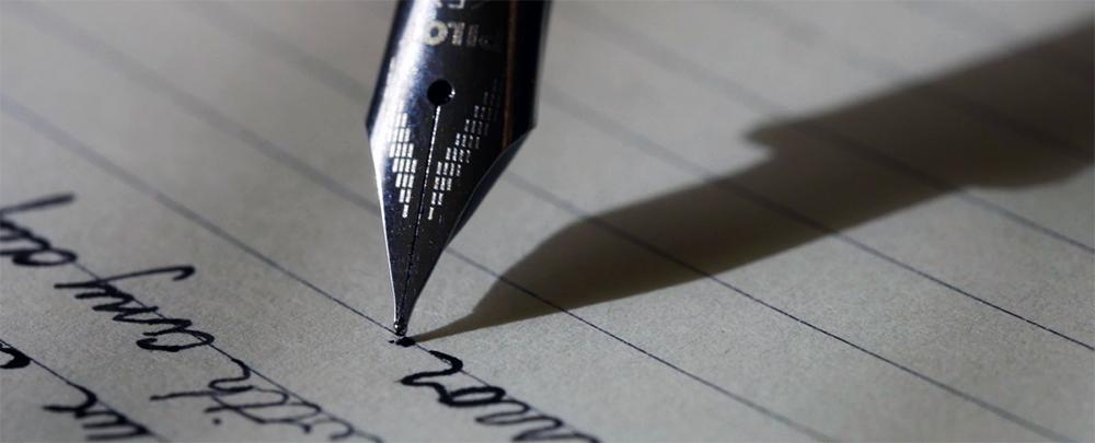 Ein Füller schreibt auf einem Blatt