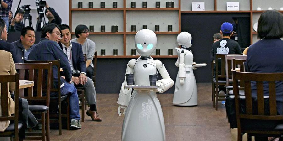 Ein Roboter fährt durch ein Café als Kellner