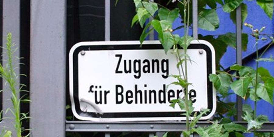 """Foto auf dem """"Zugang für Behinderte"""" steht."""