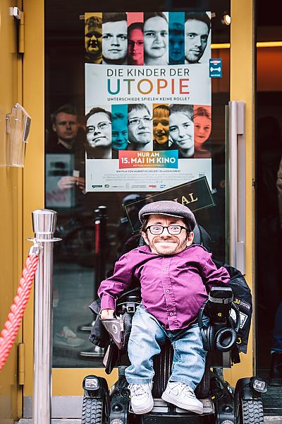 Raul Krauthausen vor einem Kinoplakat